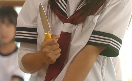 ナイフ持つ手.jpg