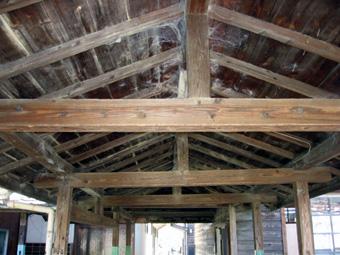 渡り廊下屋根裏.jpg