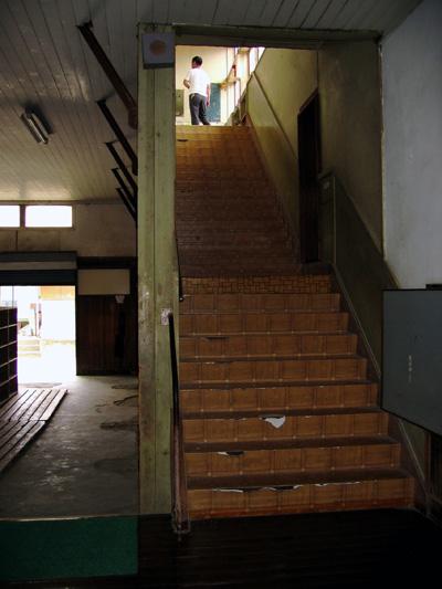 階段ー音楽室.jpg